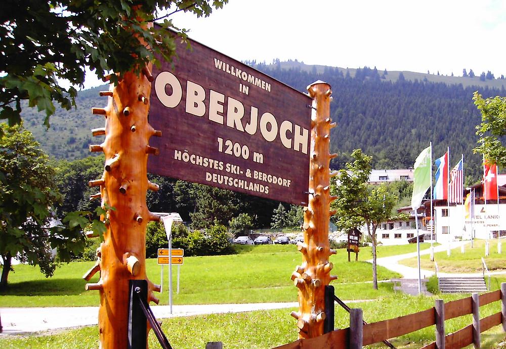 https://de.wikipedia.org/wiki/Oberjoch#/media/File:Ortstafel_Oberjoch.JPG