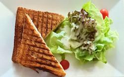 Schinken-Käse Toast mit kleinem Salatbouguet