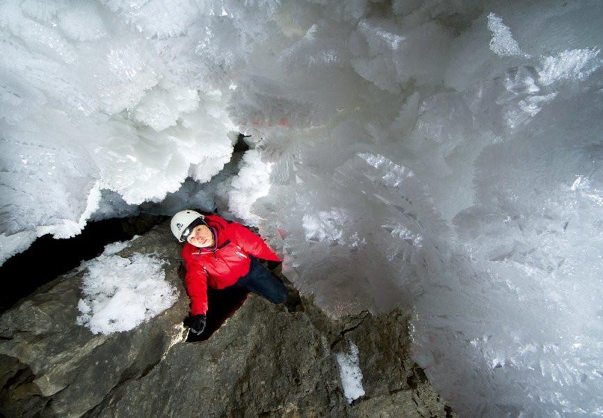Ледяная пещера – словно живое существо: она постоянно меняется, и за этими изменениями следят сотрудники Кунгурского стационара. Несколько раз в день они снимают показания термометров, отмечают уровень прирастания или таяния льда. На фото: гроты у старого входа. Сегодня они закрыты для посетителей из-за частых обвалов. Фото Виктор Лягушкин