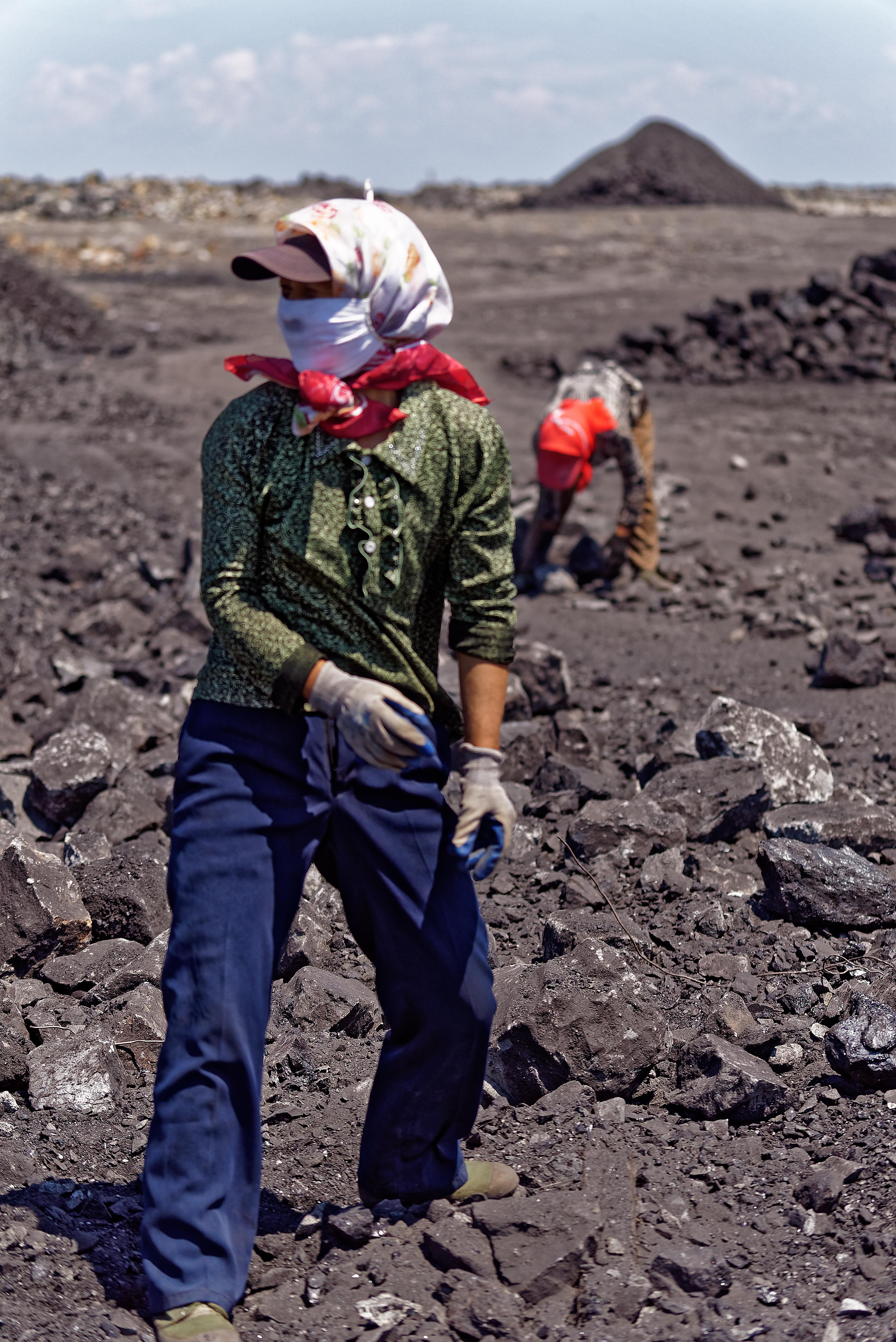 Women can selected coal from rocks