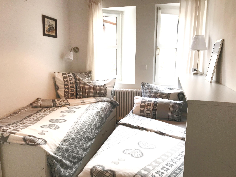 kleines Schlafzimmer beide Betten