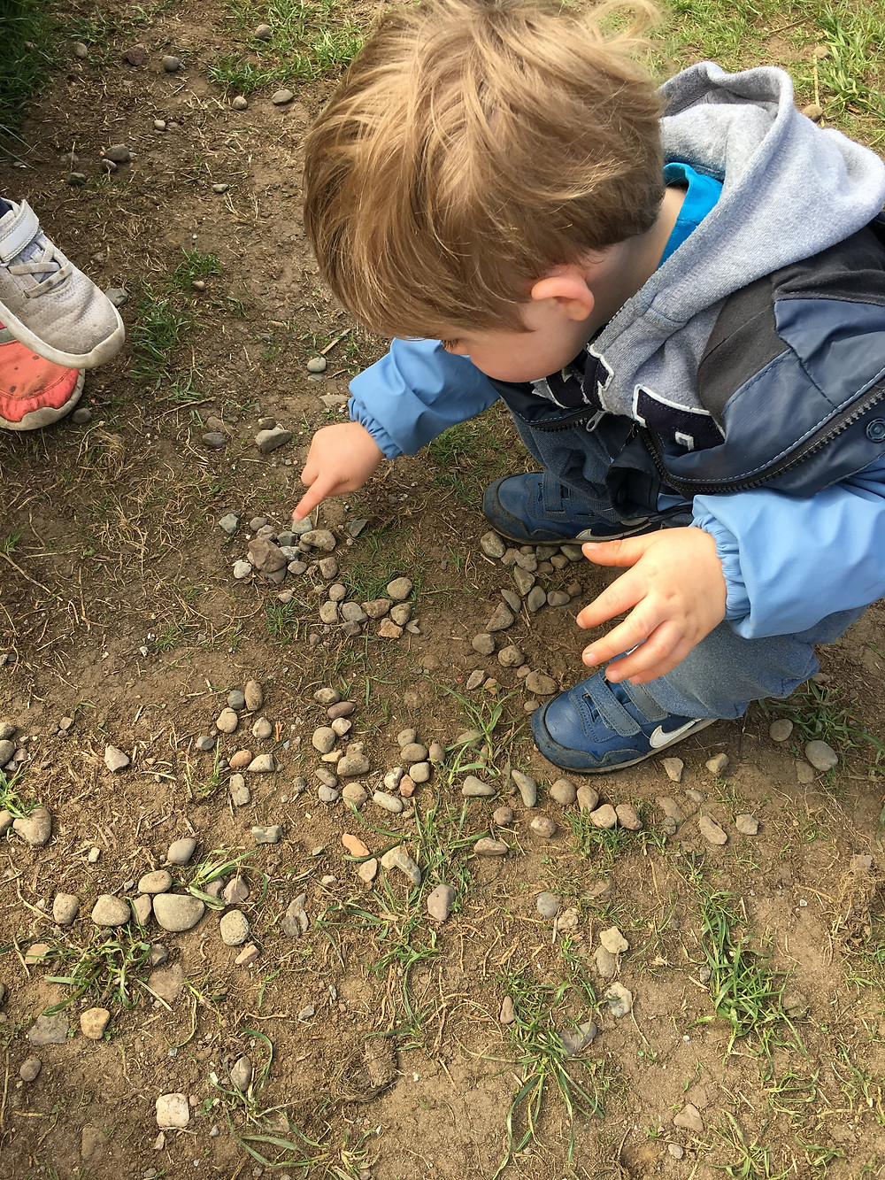 Loose parts play with stones