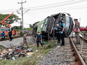 Choque entre tren y autobús deja 18 muertos en Bangkok