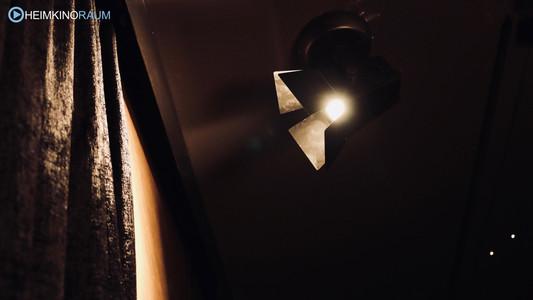 Scheinwerfer als Dekoelement im Heimkino