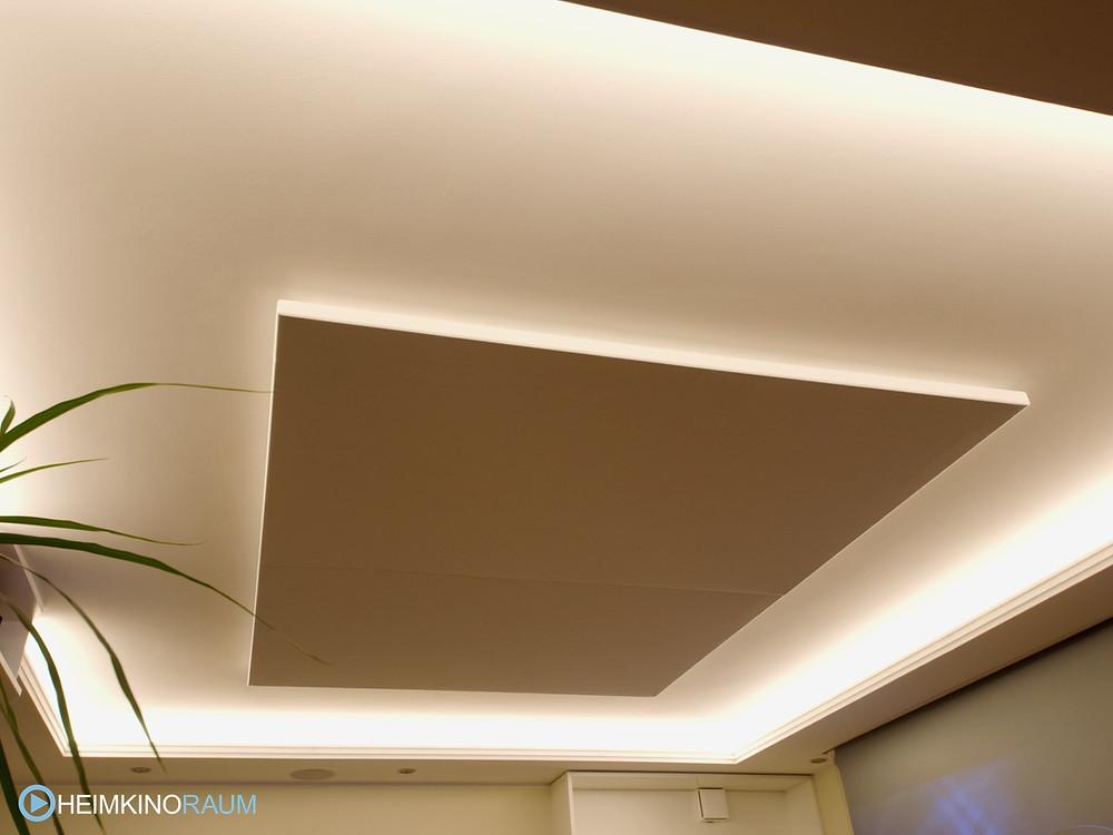 Deckensegel mit Lichtvoute in Wohnzimmer integriert