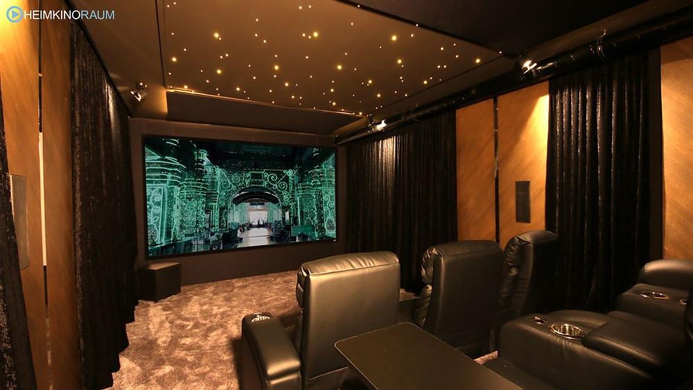 eigenes Kino in freiem Kellerraum mit Sternenhimmel und Vorhängen