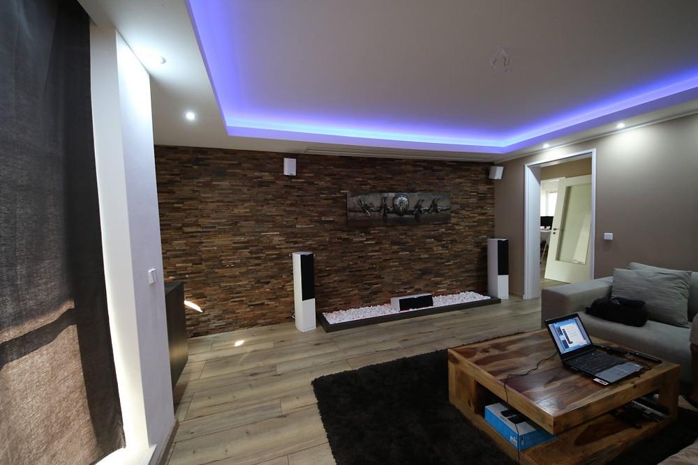 Beamer-Leinwand Lösung in Wohnzimmer versteckt integriert