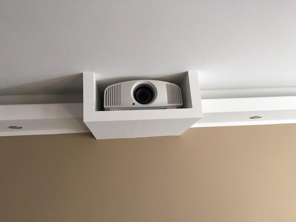 Sony VPL-VW320 UHD Projektor in Beamerkasten versteckt