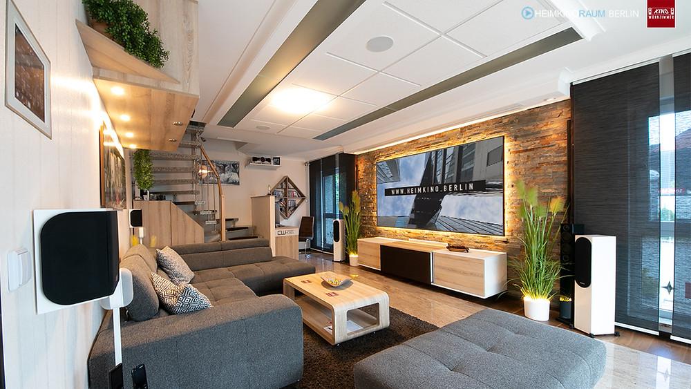 Kurzdistanzprojektor in Möbel versteckt
