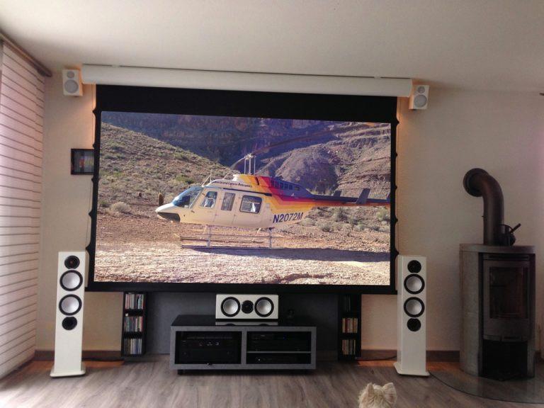 Fernseher-Leinwand Duolösung im Wohnzimmer
