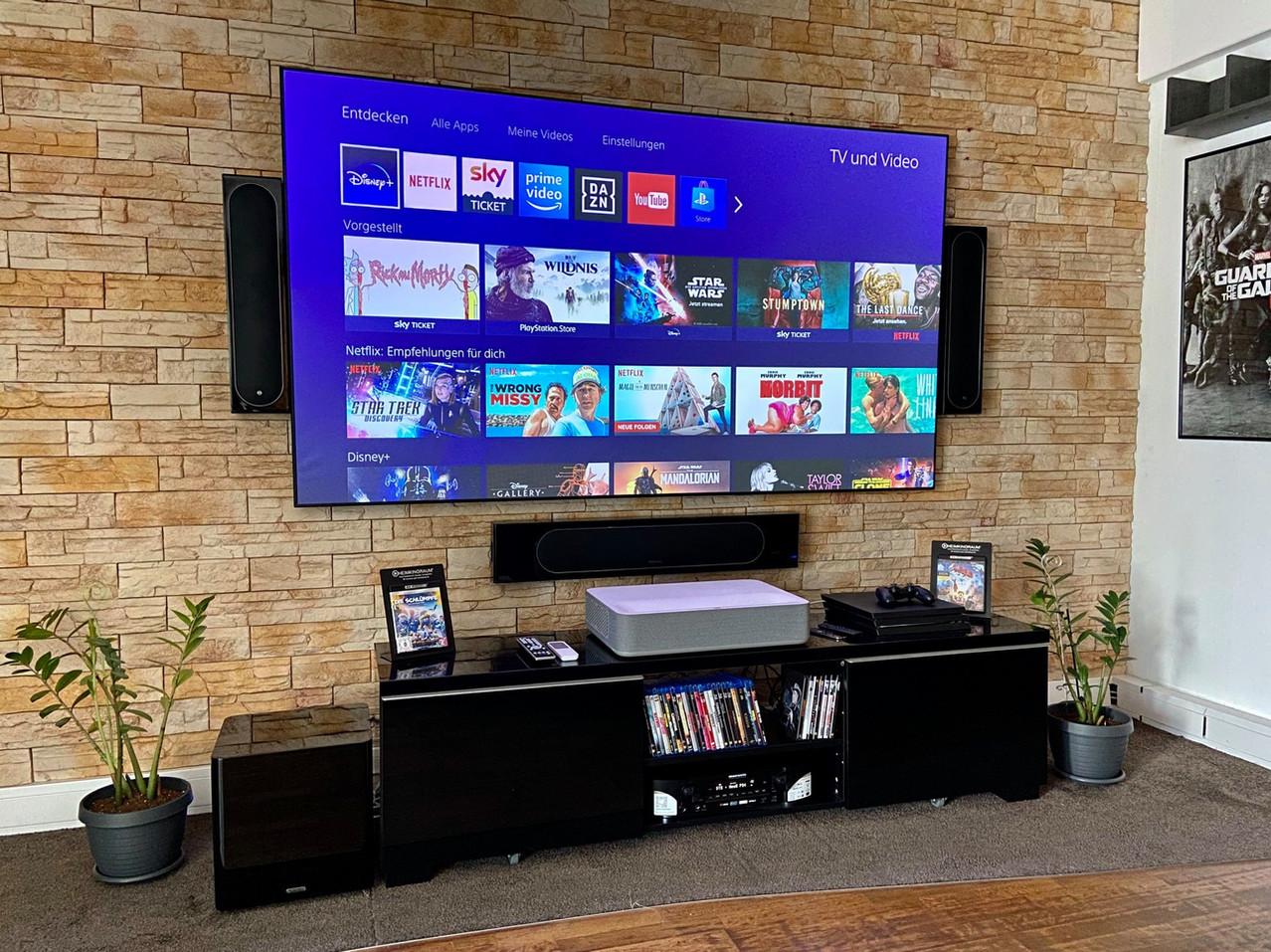 LaserTV Projektor auf Möbel