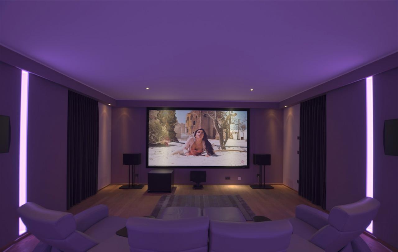 Heimkino-Purple-Lounge-Rahmenleinwand-Ki