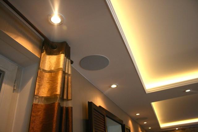 Deckeneinbaulautsprecher in abgehangener Decke integriert mit Spotlights