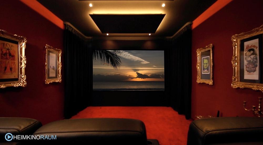 Eigenes Kino zuhause mit Vorhängen und rotem Kinoteppich