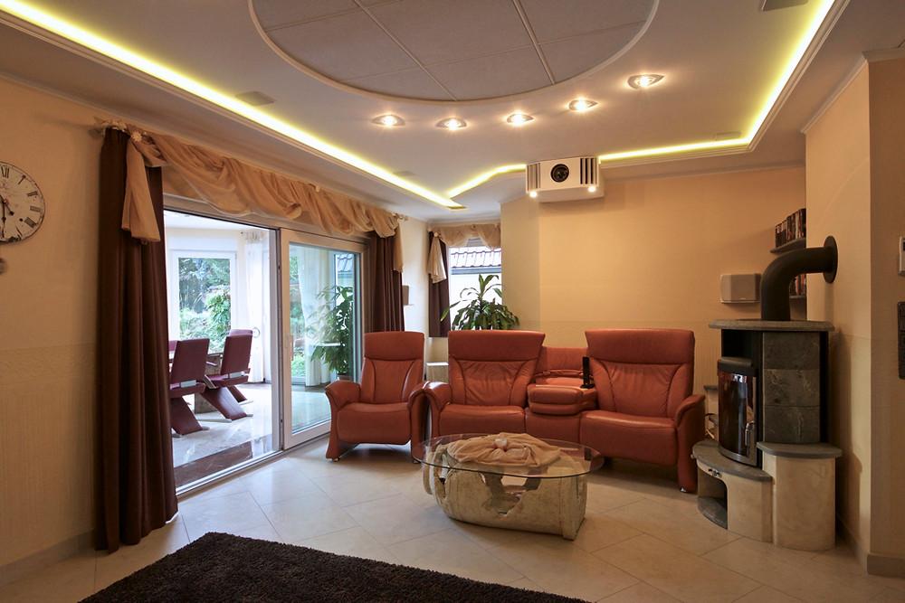 Heimkinolösung im Wohnzimmer schön integriert