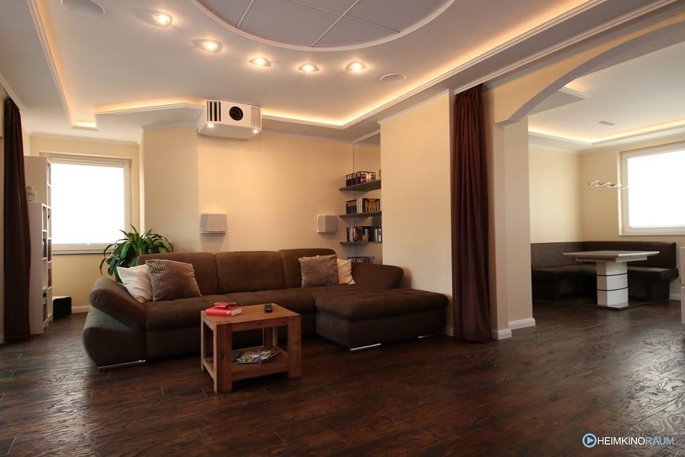"""Rückseite Heimkino """"Gardasee"""", Wohnzimmerkino mit Lichtelementen und Beamerkasten"""