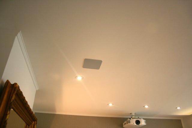 Deckeneinbaulautsprecher und Spotlights im Wohnzimmer