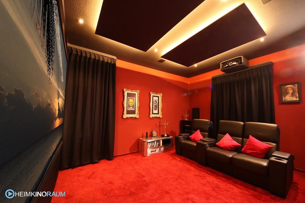 Privat-Kino, eigenes Kino in Rot im Keller mit Deckensegel, Beamerkasten und Kinosesseln