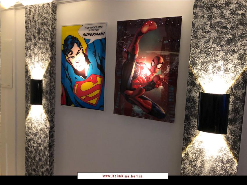 Beleuchtete Bilder auf Glas