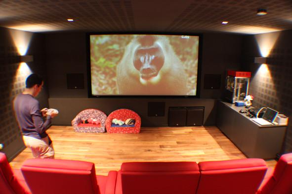 Lichtspots-an-Wänden-Kino-im-Wohnzimmer