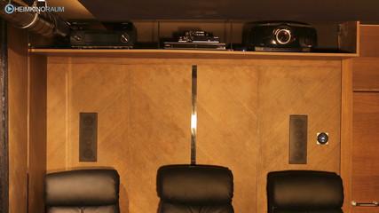 Receiver und Beamer verstecken sich im Technikregal über den Kinosesseln
