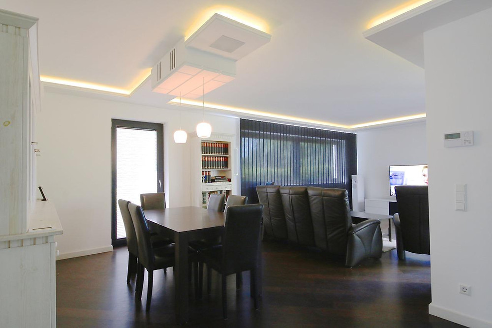 Wohnzimmerkino mit Lichtvoute und Beamerkasten