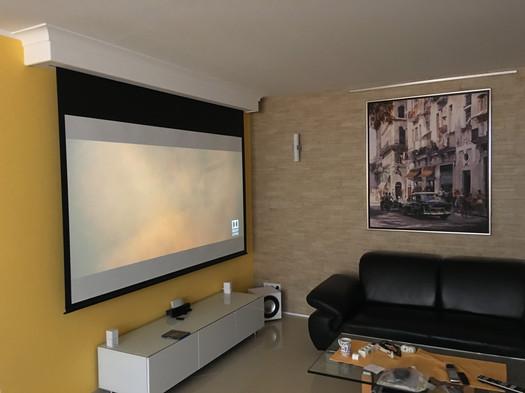 Leinwandkasten-Kino-im-Wohnzimmer