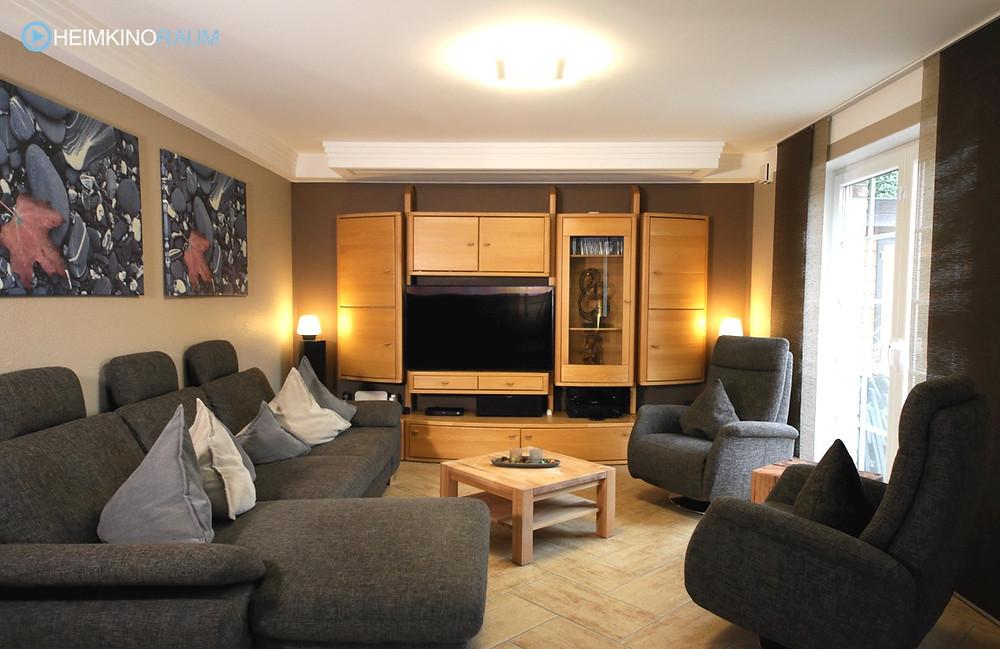 Wohnzimmer mit Leinwandkasten und Stuckdecke