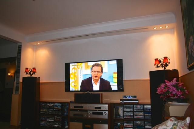 Beamer-Fernseher Duolösung in einem kleinen Wohnzimmer