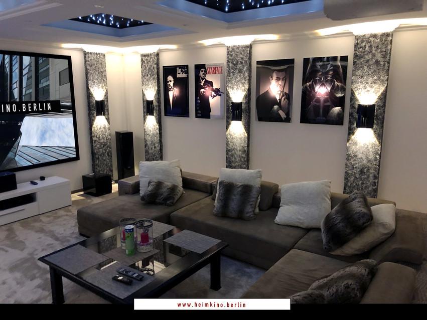 Beleuchtete Bilder im Wohnzimmer