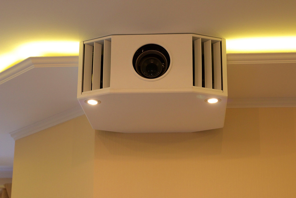 Beamerkasten integriert in Lichtvoute mit Leselampe