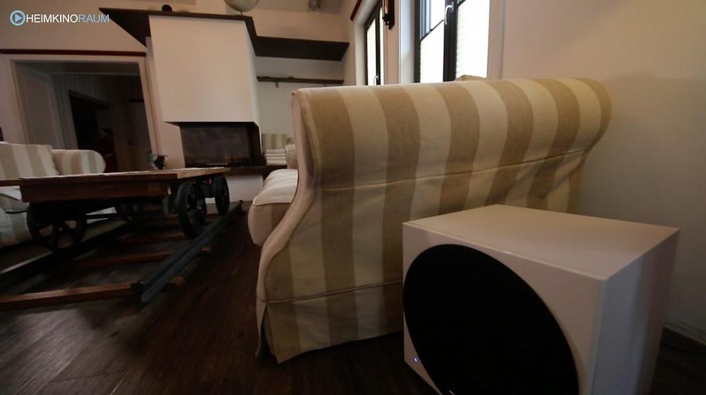 DALI Subwoofer hinter Couch versteckt