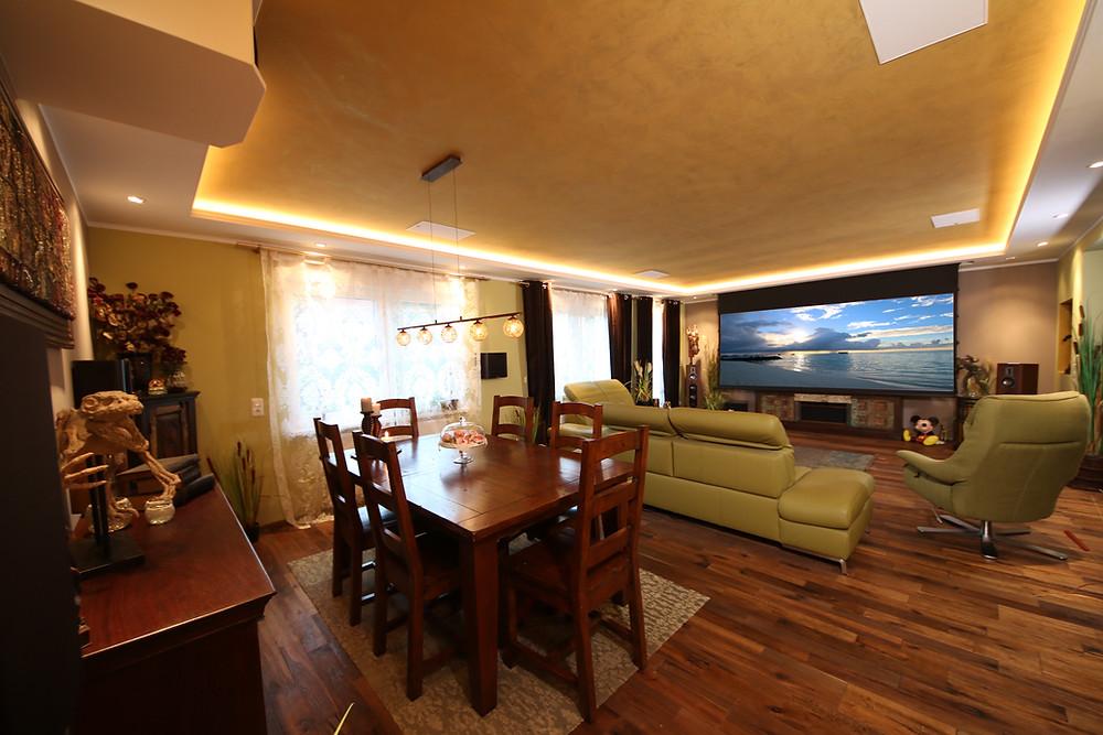 Beamer-Leinwand Lösung in Wohnzimmer integriert