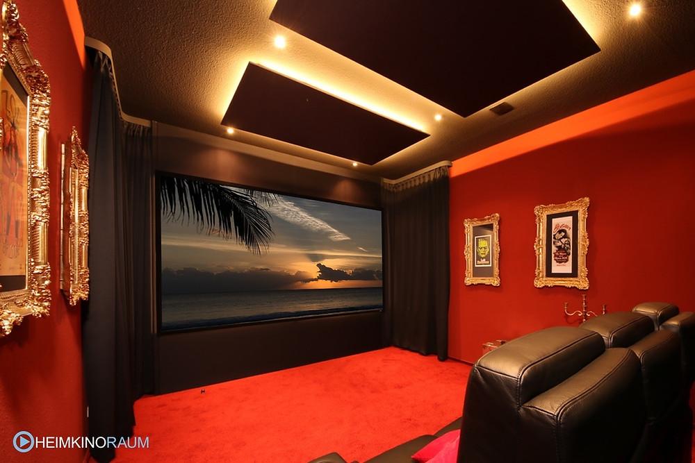 Privat-Kino in rot, Heimkinolösung in einem freistehenden Raum