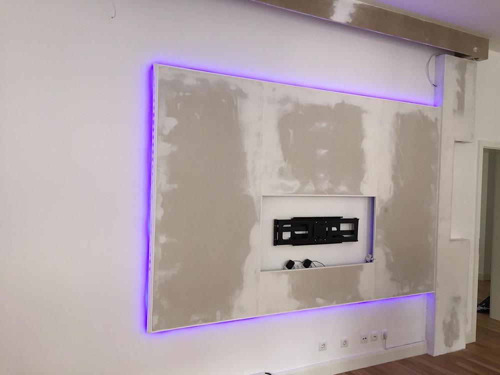 Fertiger Trockenbau der Videowand mit RGB-Beleuchtung
