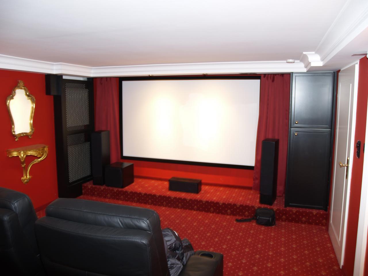 Heimkino-RedDream-Rahmenleinwand-Kino-im