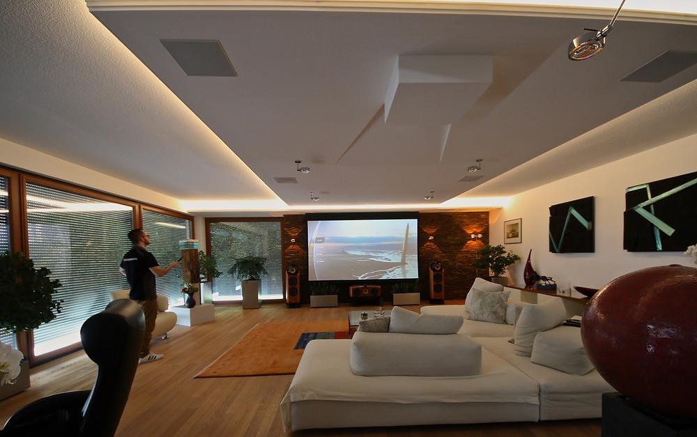 Universalfernbedienung Logitech Harmony steuert das ganze Wohnzimmer