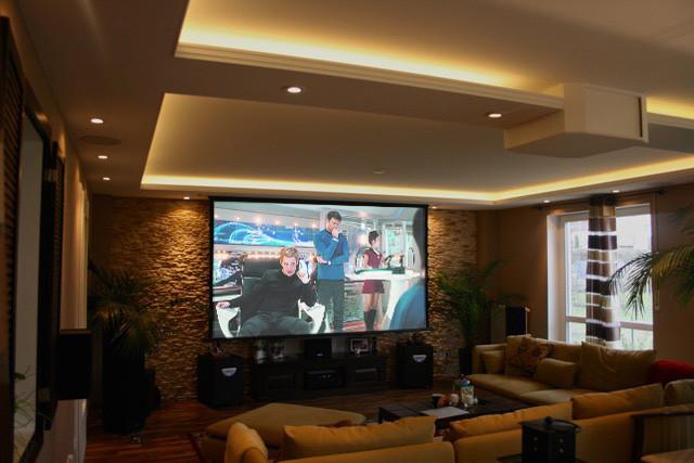 Beamer-Leinwand Lösung in Wohnzimmer mit Lichtvoute und Spotlights