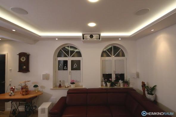 Klassischer Beamerkasten in abgehangener Decke mit Lichtvoute und Spotlights