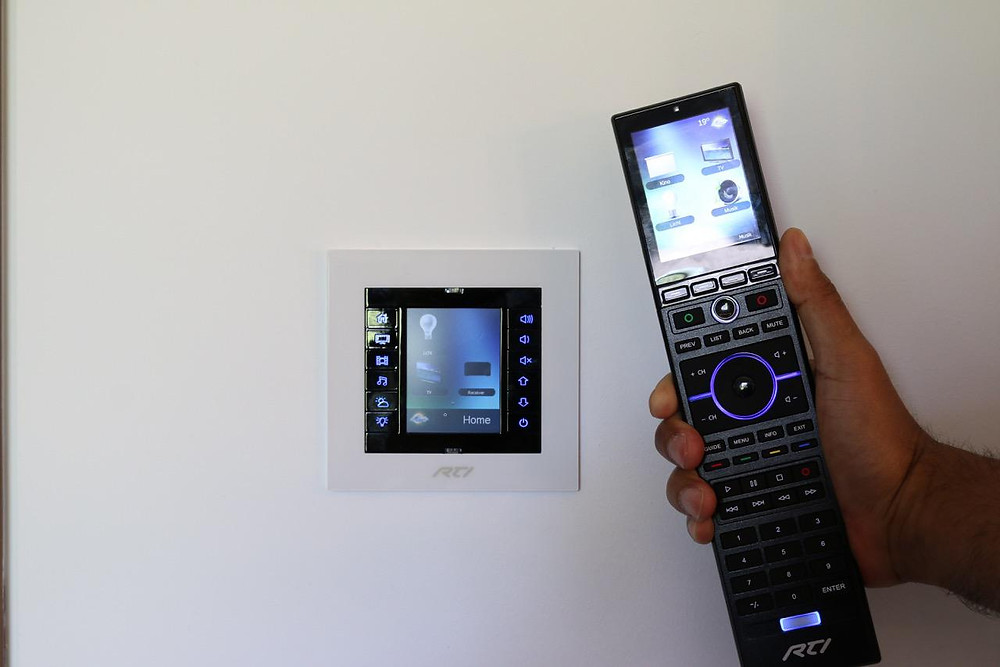 Touchpanel in Wand eingelassen und Universalfernbedienung