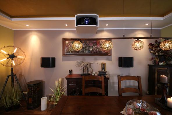 Klassischer Beamerkasten in abgehangener Decke mit Spotlights