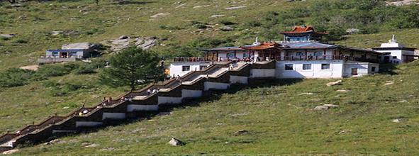 1998年建立の瞑想の寺院であるアリヤバルお寺。絶景で花を観賞に快適な場所。