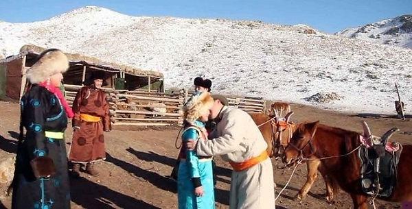 遊牧民のお正月は大人気です。