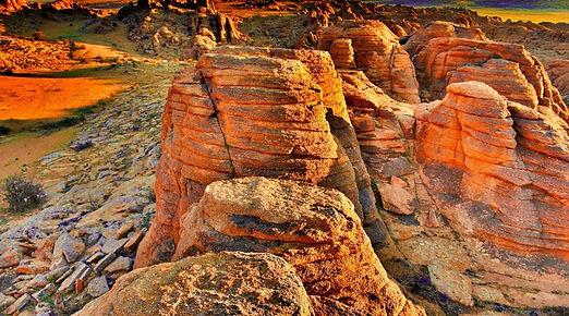 昔はの底だったバガ・ガザリン・チュルーは日本人はあまり知らない観光地で、ここはモンゴルには最大の岩絵がある