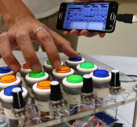 Amigos constroem o próprio instrumento para compor música eletrônica