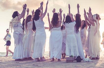cercle de femmes sur la plage