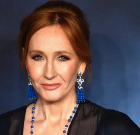 Las huellas de las manos de J.K. Rowling aparecen manchadas de rojo