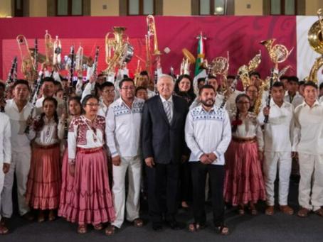 Entregan instrumentos y accesorios a niñas, niños y jóvenes de bandas musicales de Oaxaca