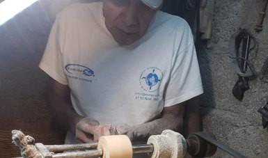 Mónico Reyes, artesano que preserva la técnica de tallado de hueso y cuerno en Edomex
