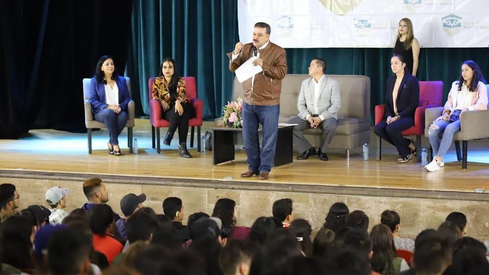 Dr. Carlos Lomelí con estudiantes